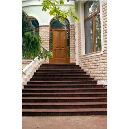 Гранитная лестница с балюстрадой из бетона для входной группы частного дома