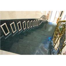 Мраморная двойная лестница выполнена из мрамора Верде гватемала по индивидуальному проекту