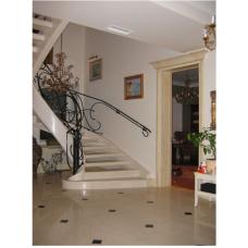 Мраморная винтовая лестница выполнена из мрамора Крема марфил и смонтировано на бетонное основание по индивидуальному проекту