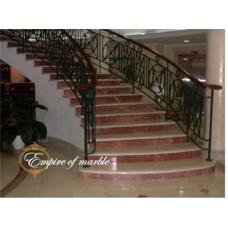 Мраморная лестница выполнена из двух цветов мрамора Галала и Роджо аликанте