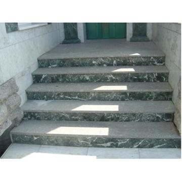 Гранитная прямая лестница выполнена по индивидуальному проекту и смонтирована на готовое бетонное основание