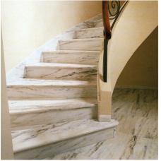 Мраморная радиусная лестница из мрамора Россо португало