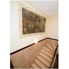 Мраморная лестница из мрамора Крема роса Валентино с паном из мрамора Бидасар грин
