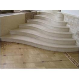 Белоснежная радиусная лестница из мрамора «Виктори»