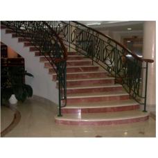 Мраморная лестница из двух цветов мрамора «Роджо аликанте» и «Галала»
