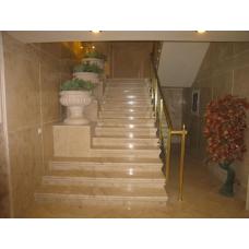 Мраморная лестница с подставками под вазы из белого мрамора «Бьянко каррара»