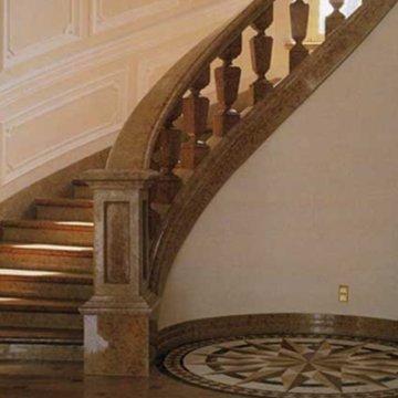 Мраморная радиусная лестница с перилами и балясинами из мрамора «Россо верона» (Италия)