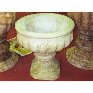 Цветочная садовая ваза изготовлена из травертина в античном стиле.