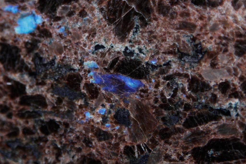 Гранит - лабродорит благородного кофейного цвета - фото